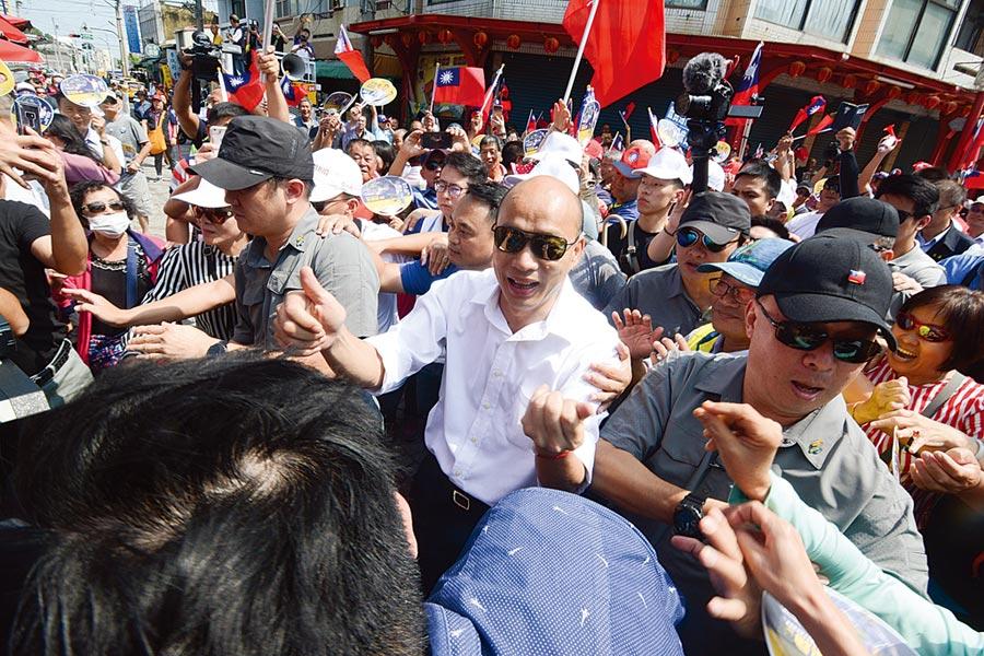國民黨總統參選人韓國瑜(白襯衫者)22日持續在綠營票倉嘉義縣走訪拜廟,所地之處總有大批粉絲擁戴。(林宏聰攝)