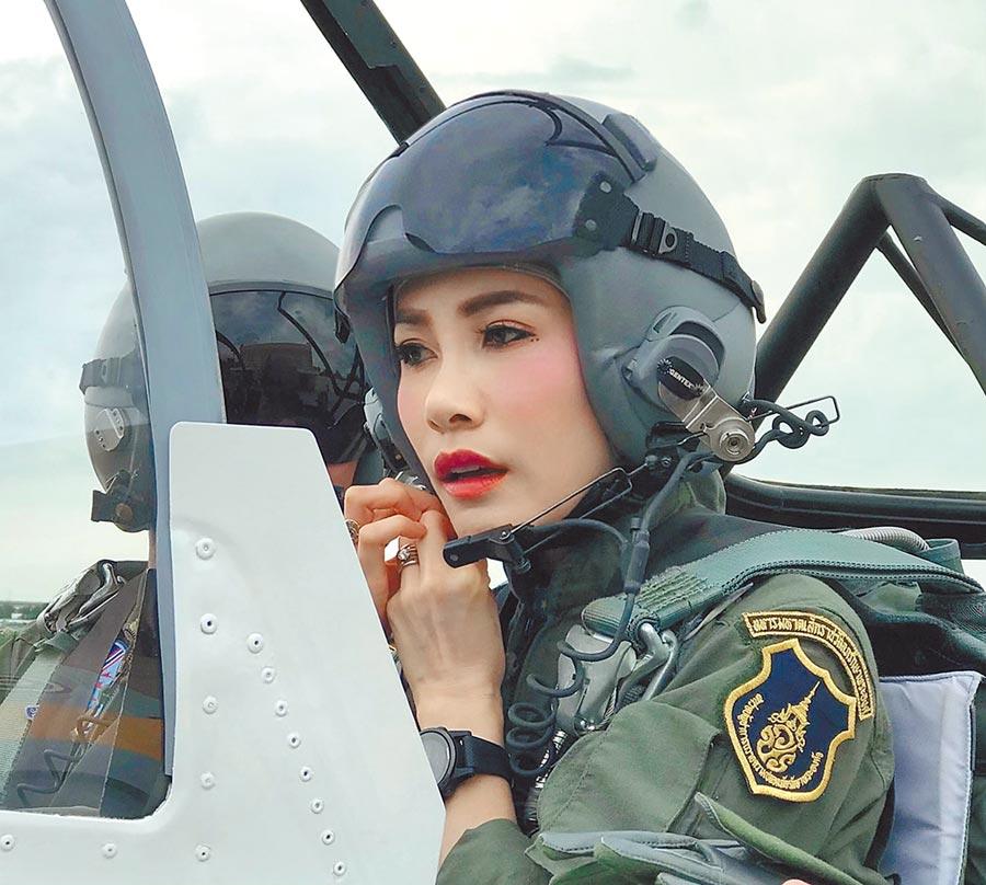 詩妮娜來自泰國北部難府,從陸軍護理學校畢業,一度升至陸軍上校,並曾任泰王保鏢和受過機師訓練。(路透)