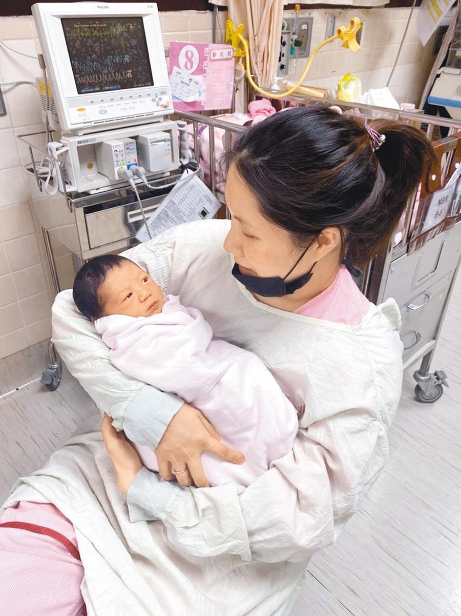 余苑綺上周剛生完第2胎,她抱著兒子,母愛滿溢。(摘自余祥銓臉書)