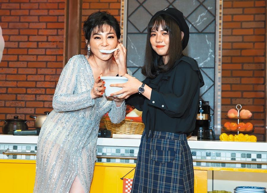 王彩樺(左)新節目開錄,女兒黃于庭現身力挺。(粘耿豪攝)