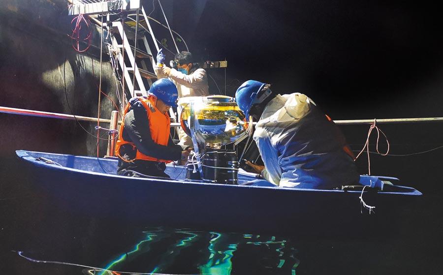 4月26日,科研人員在安裝水切倫科夫探測器陣列20寸光電倍增管。(新華社)