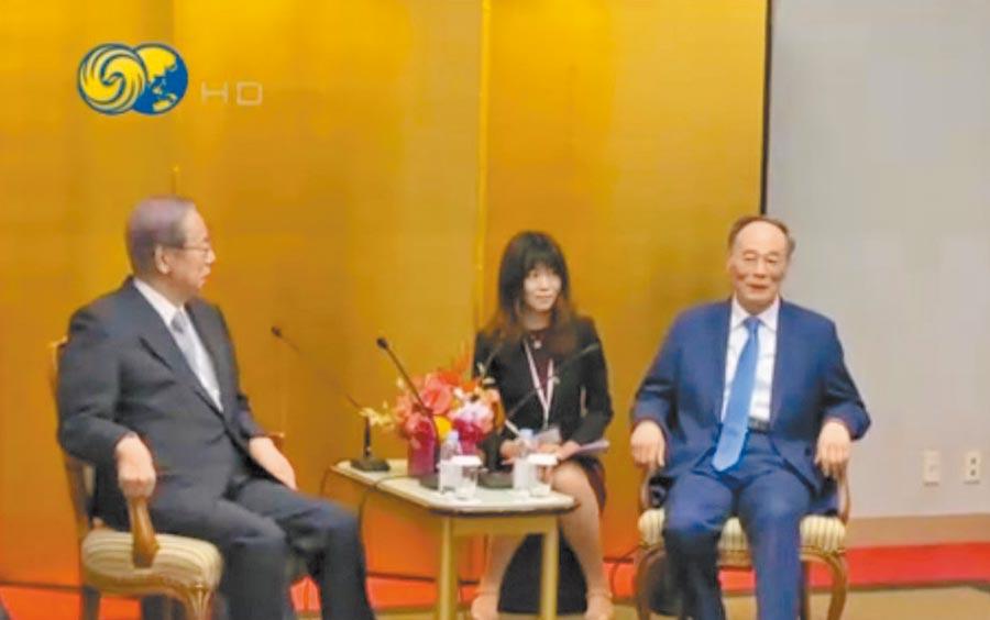 大陸國家副主席王岐山(右)22日在東京與前日本首相福田康夫舉行會談。(取自微博@鳳凰衛視)