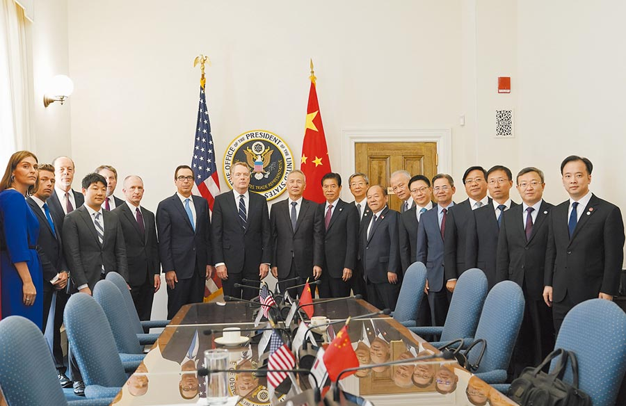四中全會必定討論中美貿易戰,圖為10月10日在華盛頓舉行中美經貿高級別磋商。(新華社)