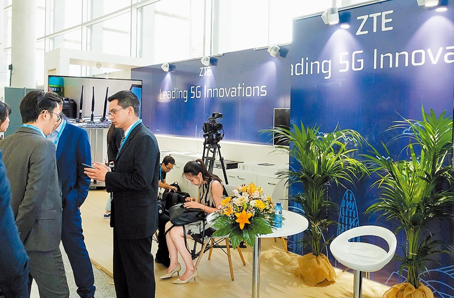 6月17日,西班牙舉辦全球5G大會,民眾在中興通訊公司的展位前交談。(新華社)