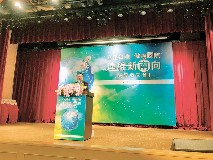 財政部長蘇建榮於「立足台灣、傲視國際-連線新南向」成果發表會致詞。(記者李澍攝)