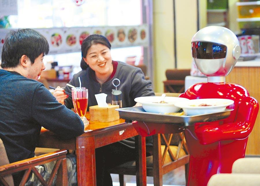 遼寧瀋陽一家餐廳的智慧送餐機器人「小花」為顧客送上餐點。(新華社資料照片)