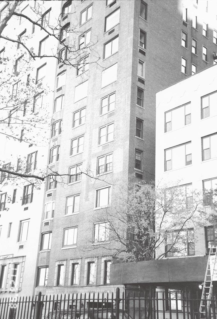 中間這棟外貌不顯眼的十五層樓建築,就是蔣夫人晚年所住的公寓。(時報出版提供)