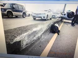 小轎車轉彎失控撞分隔島翻覆 駕駛幸輕傷