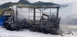 行車自燃!國道3號 小貨車燒成焦炭