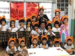 立委參選人萬聖節玩創意 「金桔」變南瓜邀童同樂