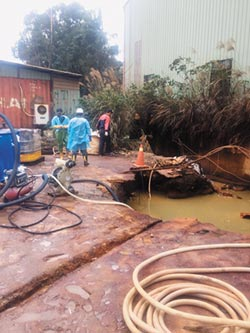 無良廠商棄廢液 三峽河變泡沫河