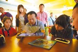 翁章梁當小學生 體驗虛擬世界