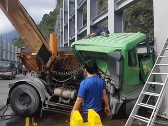 蘇花砂石車撞山駕駛斷肢 現場交通阻斷中午前搶通