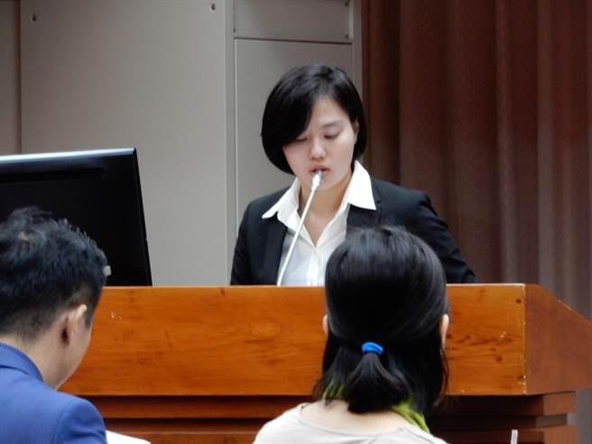 跨虹者黃佩瑩說,她是不當性別教育的受害者。(林志成攝)