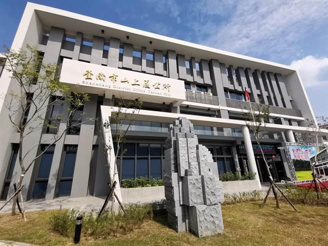 台南市山上區大樓因震災受損原地重建,新大樓25日舉行落成啟用典禮。(劉秀芬攝)