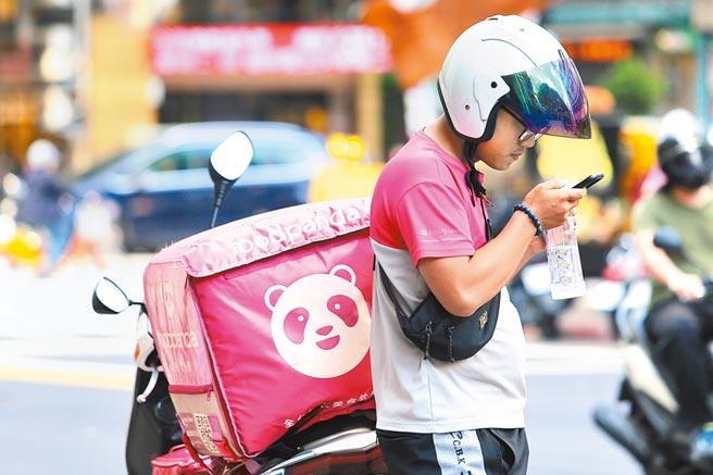近期發生多起美食平台外送員車禍傷亡事件,外送員的意外險及勞健保等議題引發大眾關注。(本報資料照片)
