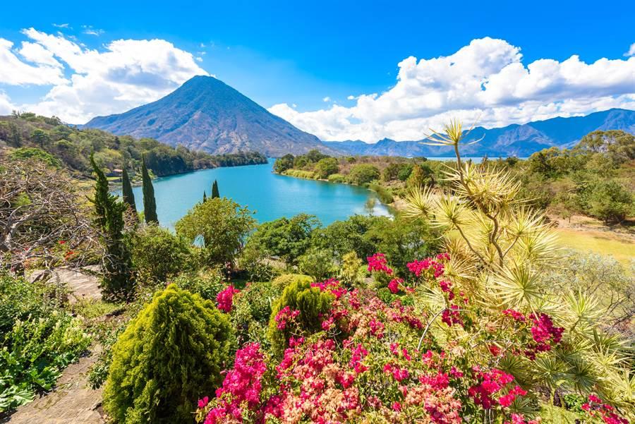 擁有美麗風景的瓜地馬拉,加上當地消費便宜吸引不少人前往觀光。(圖/摘自shutterstock)