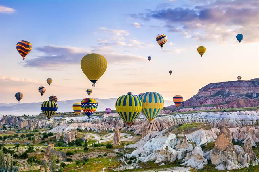 土耳其迷人的景致加上夢幻的熱氣球,讓人想前往朝聖。(圖/摘自shutterstock)