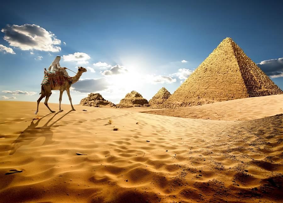 埃及擁有令人嘆為觀止的世界遺產金字塔。(圖/摘自shutterstock)