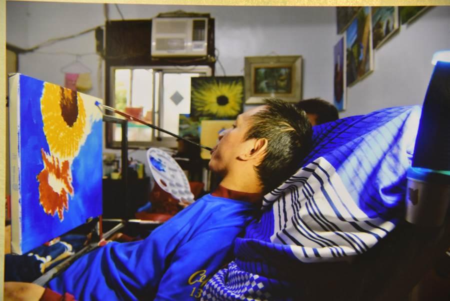 金根鴻以45度角姿勢躺在床上作畫,因此有45度角畫架支撐。(翻攝畫面/王昱凱花蓮傳真)