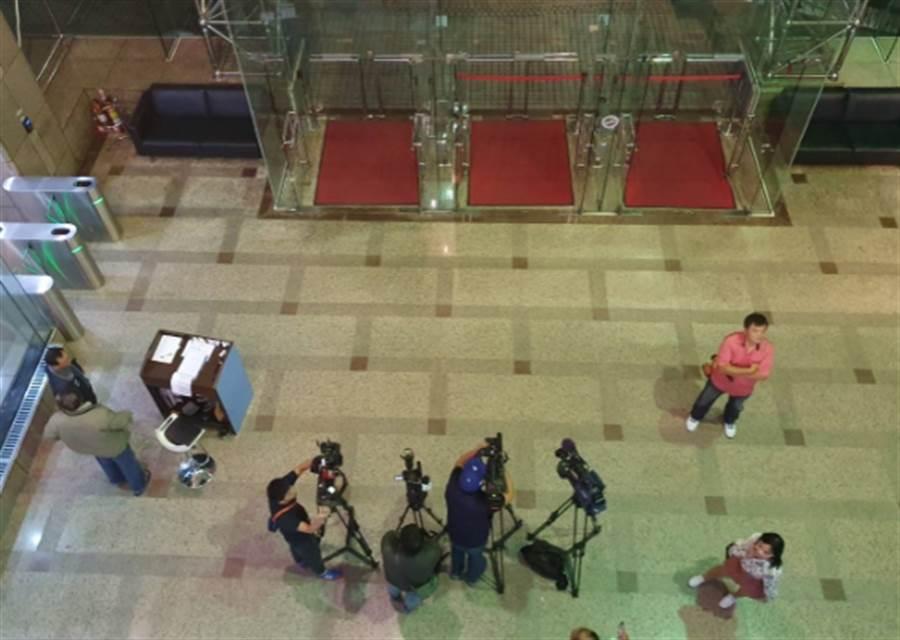 傍晚多家媒體已守候電視台門口。(照片/游定剛 拍攝)