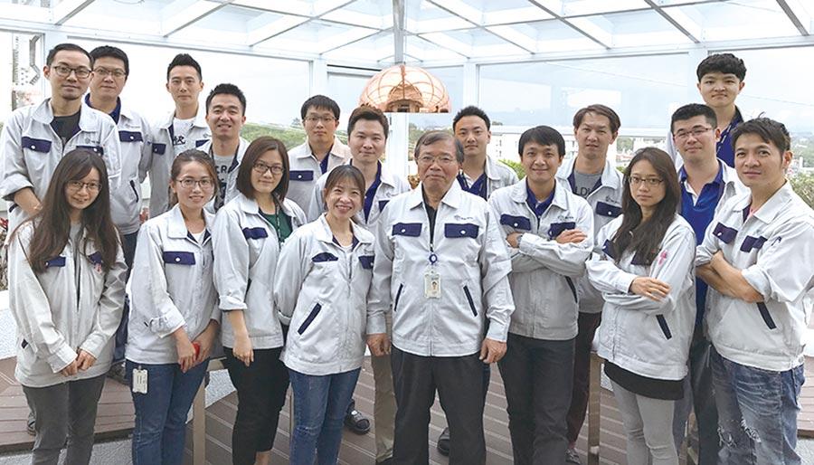 禾伸堂企業葉輝邦副總經理(前排左五)帶領團隊研發MLCC材料搶攻新應用市場。圖╱工業局提供