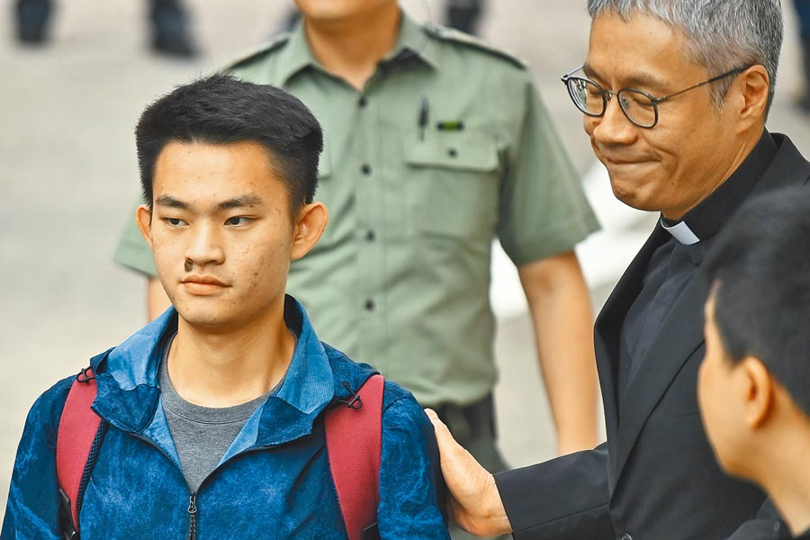 涉嫌在台灣犯下箱屍命案的香港青年陳同佳(左),昨天上午由香港聖公會教省祕書長管浩鳴(右)陪同出獄。(法新社)