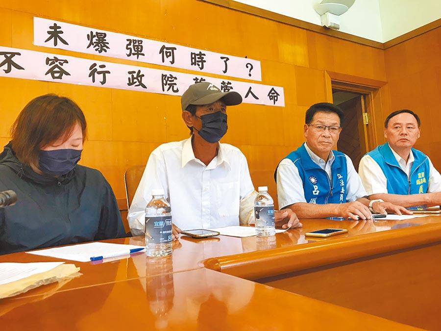 國民黨立委參選人呂國華23日陪同家屬舉行記者會,抨擊政府、軍方對於死者家屬不聞不問。(胡健森攝)