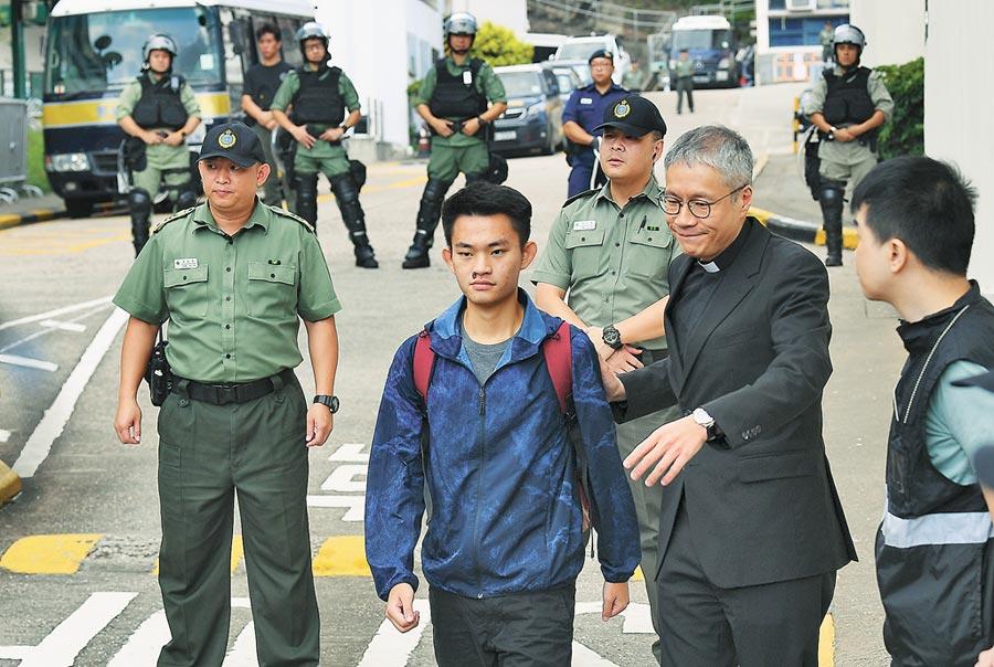 涉台灣殺人案的嫌犯陳同佳(藍色風衣者),23日因洗錢罪刑滿出獄。(中新社)