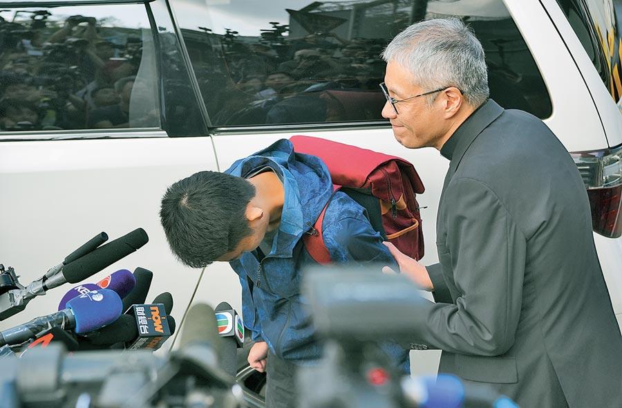 陳同佳23日面對媒體聯訪表示,向死者家屬鞠躬道歉、願赴台自首。(中新社)