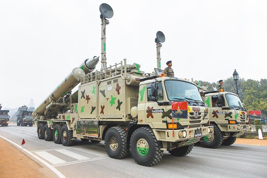 印軍「布拉莫斯」武器系統行進在印度首都新德里國王大道上。(新華社資料照片)