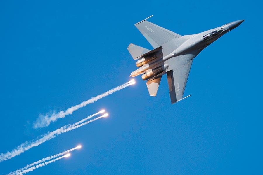 航空活動上,殲-16戰機發射紅外線干擾彈。(萬全攝)