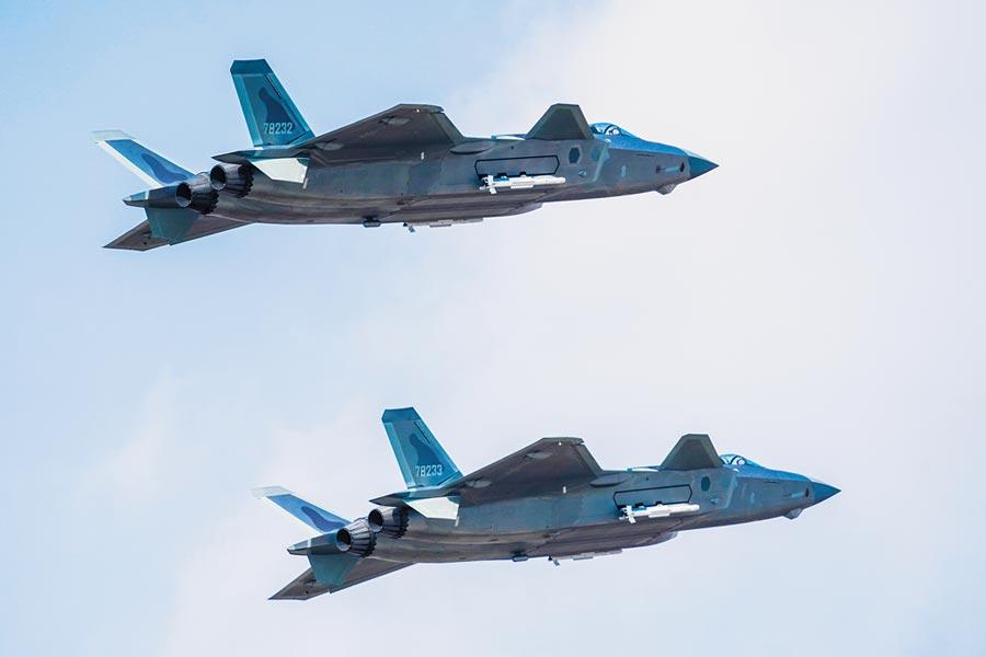 航空活動上,殲-20掛彈飛行展示。(萬全攝)