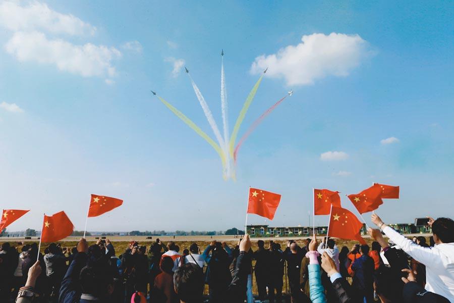 「八一」飛行表演隊在航空開放活動中展示「五機開花」。(張東賀攝)