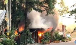 大火吞噬南庄知名農園餐廳 鐵皮屋建築坍塌