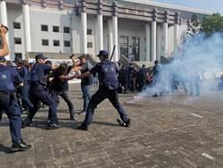 警察快打部隊壓制滋事陣頭 晨運民眾圍觀