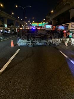 小貨車追撞客運後翻覆 國一北上五股段3車道封閉