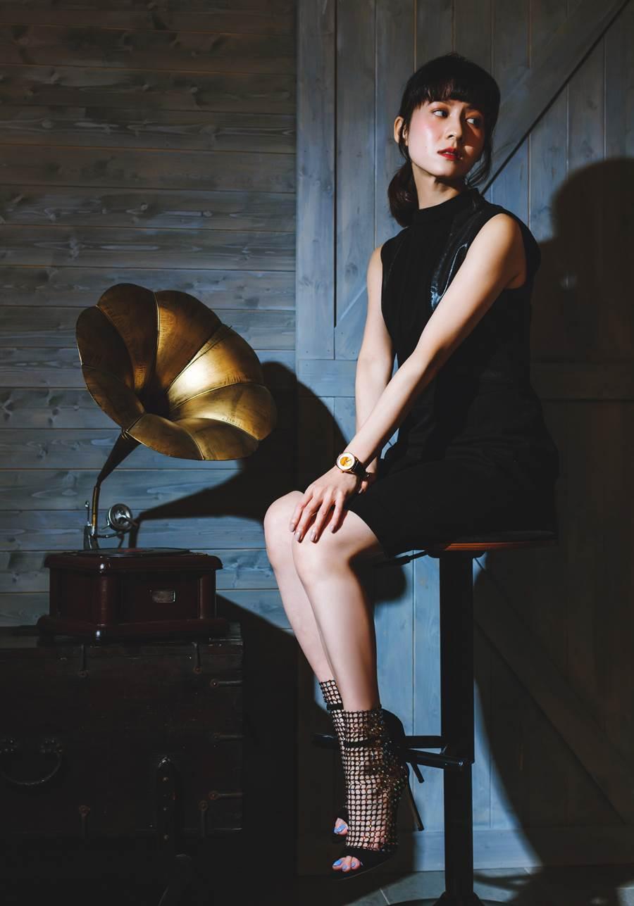 連俞涵在《奇蹟的女兒》中詮釋的林昭免,角色代表了時代堅強充滿力量的台灣女性,就如錶款中的彩石一般晶瑩閃爍,充滿能量。(圖/品牌提供)