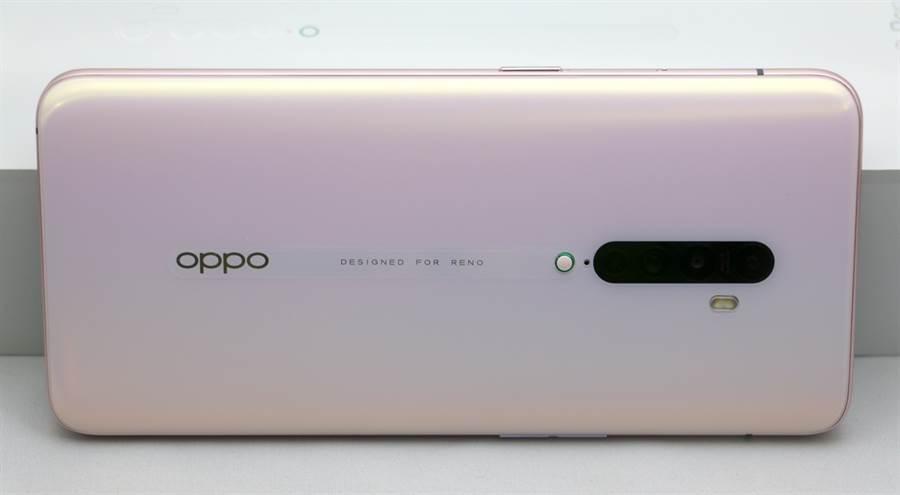 OPPO Reno2薄霧粉款式,機身設計上頗有平衡。(黃慧雯攝)