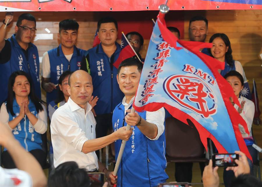 韓國瑜(左)授旗給雲林縣青工總會總會長林建助(右)。(黃國峰攝)
