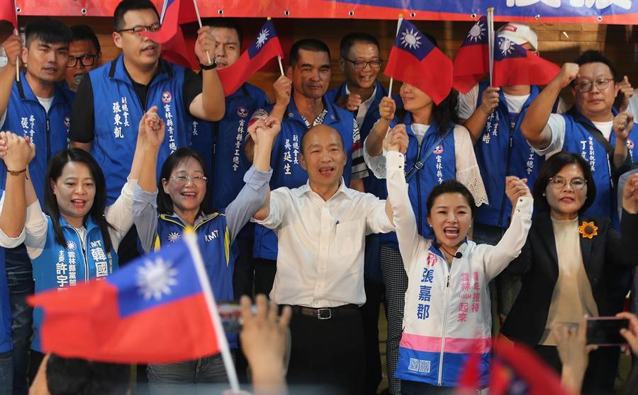韓國瑜(前左三)與雲林立委參選人謝淑亞(前左二)、張嘉郡(前左四)高喊當選。(黃國峰攝)