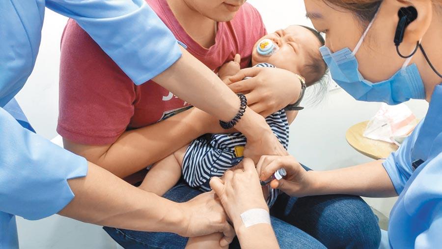 公費流感疫苗遲到,疾管署宣導慢半拍,以致民眾帶著寶寶到診所自費打了沒效的四價半劑流感疫苗。(鄭郁蓁攝)