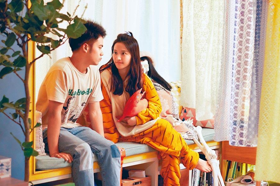蔡瑞雪(右)化身李淳的追愛指導員,同時也是他小房東。(威視電影提供)