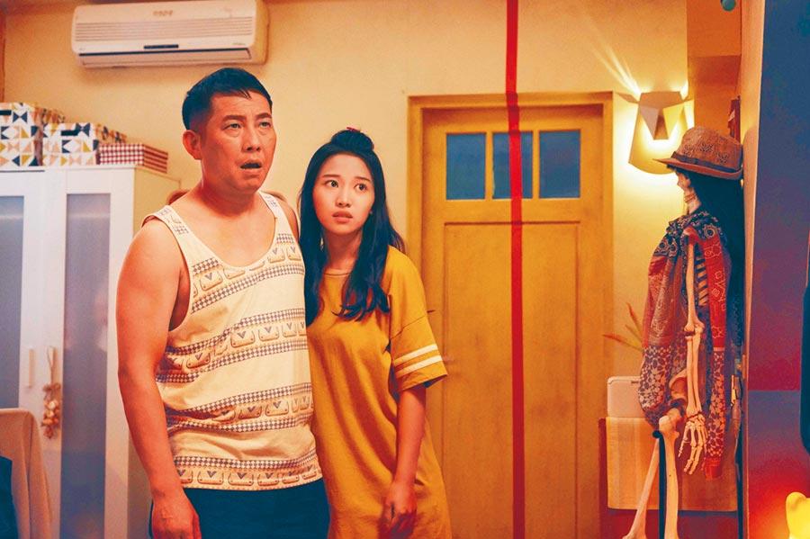 屈中恆(左)與蔡瑞雪在片中飾演父女,兩人互動有趣。(威視電影提供)