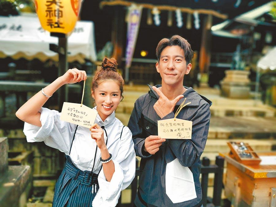 修杰楷(右)、林予晞前往日本神社祈福求吉籤。(TVBS提供)