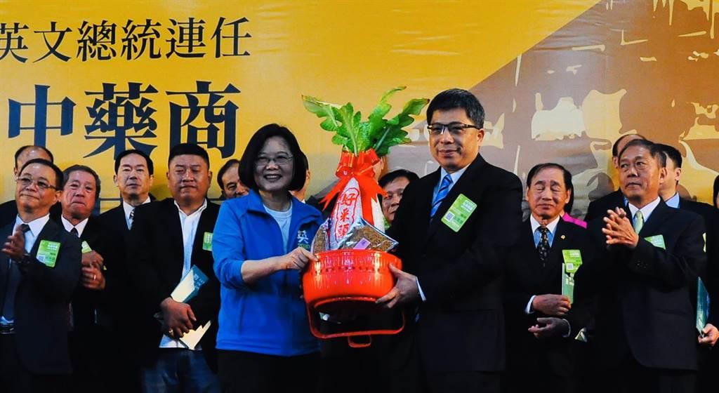 全國中藥商後援會26日贈與中藥材連蕊和菜頭,象徵蔡英文「總統連任好彩頭」。(盧金足攝)