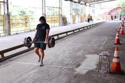 女性軌道養護應試員提重86公斤走50米 成全場「嬌」點