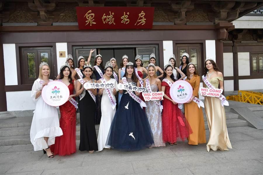 佳麗們泉城書房體驗中國傳統剌繡、書法的藝術精萃。(照片/中華全球選拔協會 提供)