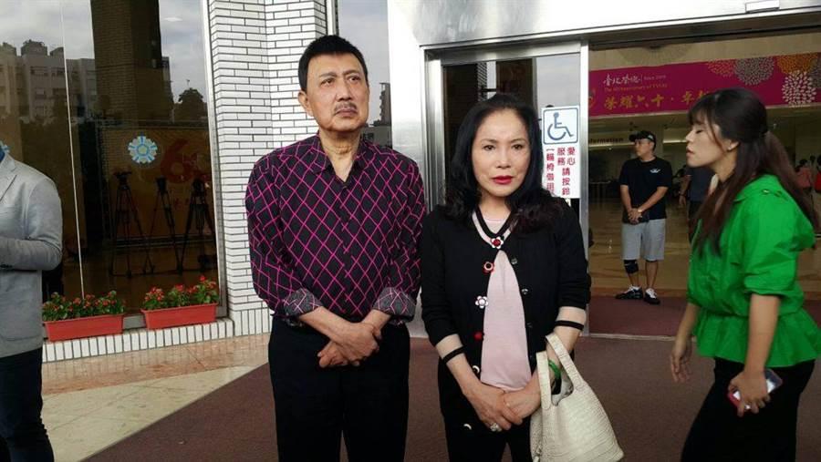 余天(左)、李亞萍夫妻到榮總陪女兒做化療。(吳維書攝)