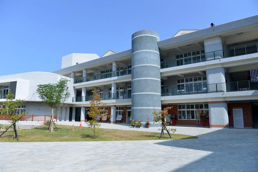 後龍國中新校舍共有34間教室,建築外觀簡潔典雅。(巫靜婷攝)